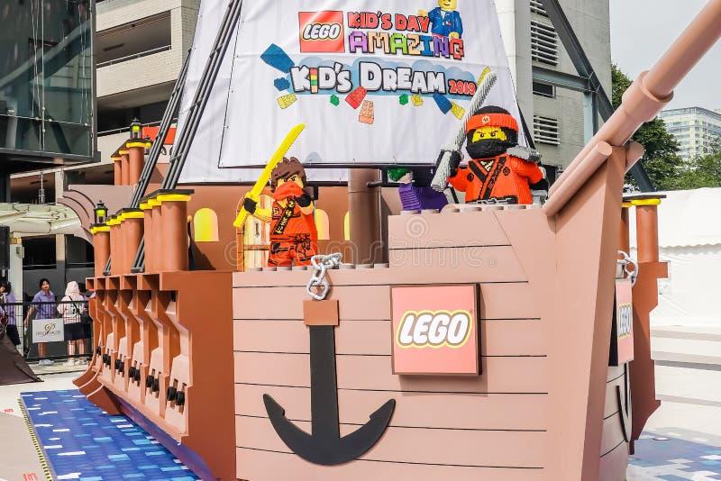 En av de många fastställda utställningarna för lego som är ställt ut stort Lego fartyg royaltyfri bild