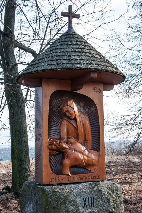 En av de nya stationerna av korset till kullen av Uhlirsky vrch nära Bruntal arkivfoto