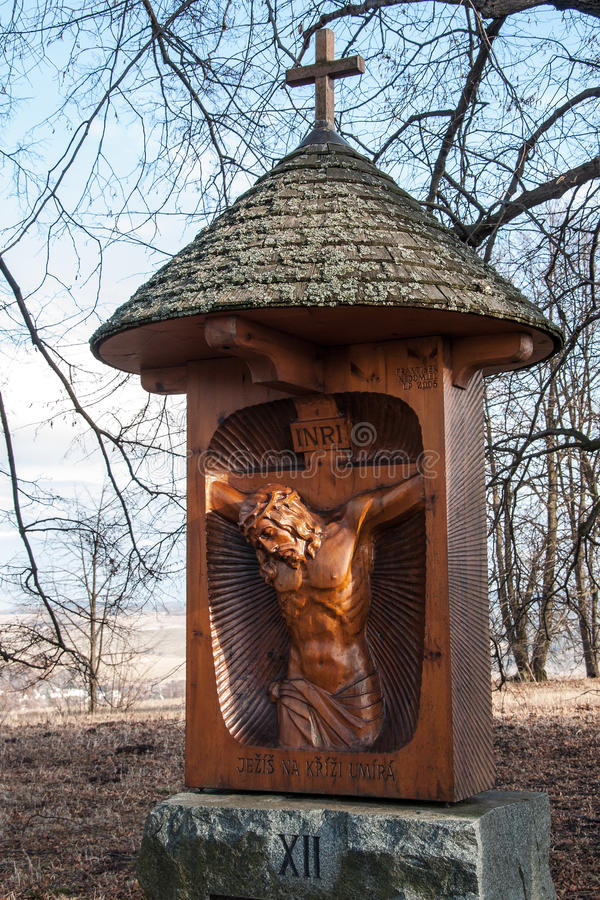 En av de nya stationerna av korset till kullen av Uhlirsky vrch nära Bruntal royaltyfri bild