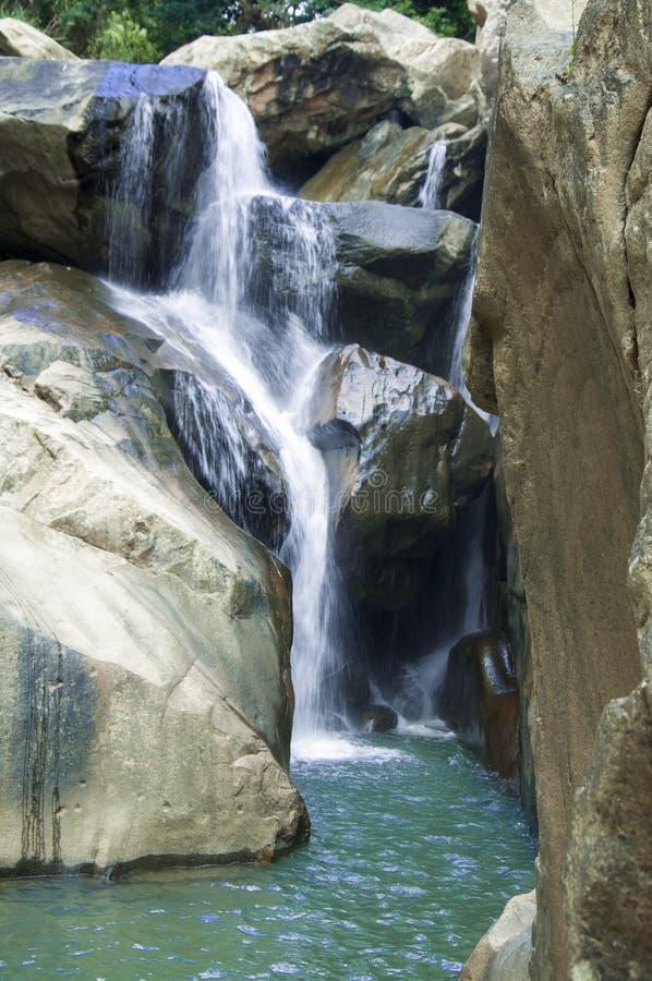 En av de pittoreska vattenfalllodisarna Ho, lokaliserat i djungeln, lokaliseras långt från staden av Nha Trang arkivbild