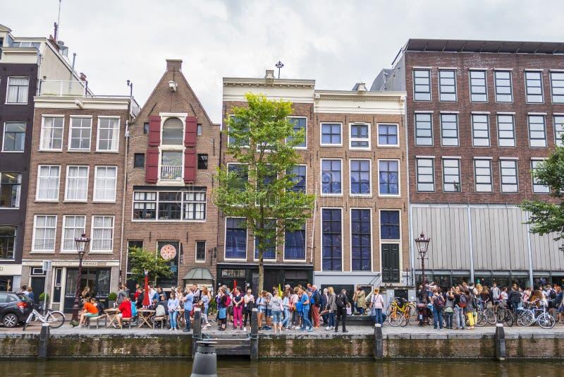 En av de populäraste dragningarna i Amsterdam - Anne Frank House och museet - AMSTERDAM - NEDERLÄNDERNA - JULI royaltyfri bild