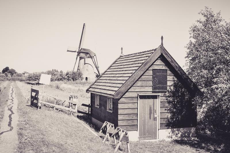 En av det talrikt maler att sv?va p? floderna av Kinderdijk arkivbilder