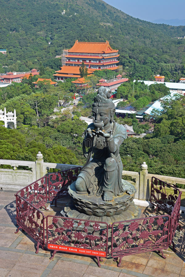 En av erbjuda av de sex Devas buddistiska statyerna med Po Lin Monastery fotografering för bildbyråer
