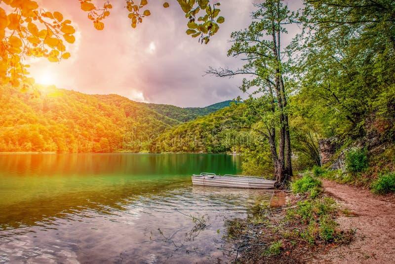 En av flera av de mest fantastiska Plitvice sjöarna, Kroatien Ensamt vitt fartyg på solnedgången Ett riktigt jungfruligt och unde fotografering för bildbyråer