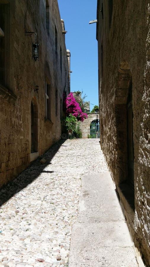 En av gatorna av den forntida Rhodes slotten royaltyfri bild