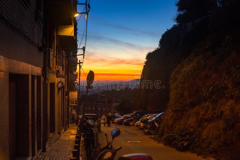 En av gatorna i Barcelona på nattetid arkivfoto