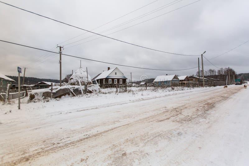 En av gatorna i Vinnitsy Byn är ansedd mitten av bosättningen av Vepsians - litet Finno-Ugric folk royaltyfri bild
