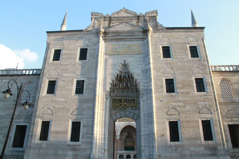 En av ingångarna i moské för SÃ-¼leymaniye, Istanbul, Turkiet royaltyfria foton