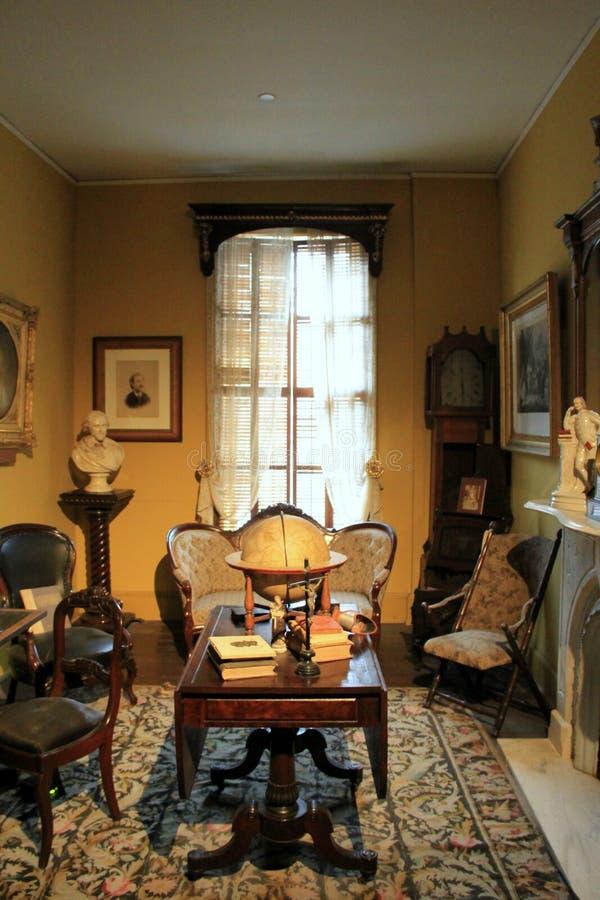 En av många hyr rum med historiskt möblemang och andra objekt av familjen, den Canfield kasinot, Saratoga New York, 2016 arkivfoto