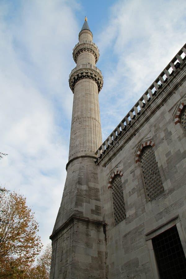 En av minaret i den Sultan Ahmet moskén, Istanbul, Turkiet royaltyfria bilder