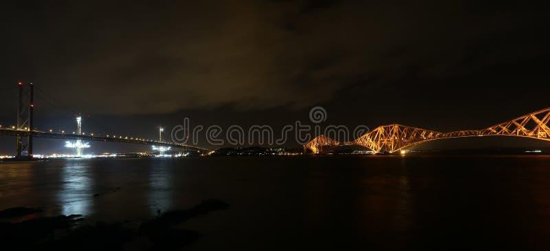 En avant pont en route et en rail par nuit photo stock