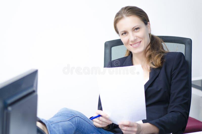 En avkopplad affärskvinna arkivbilder