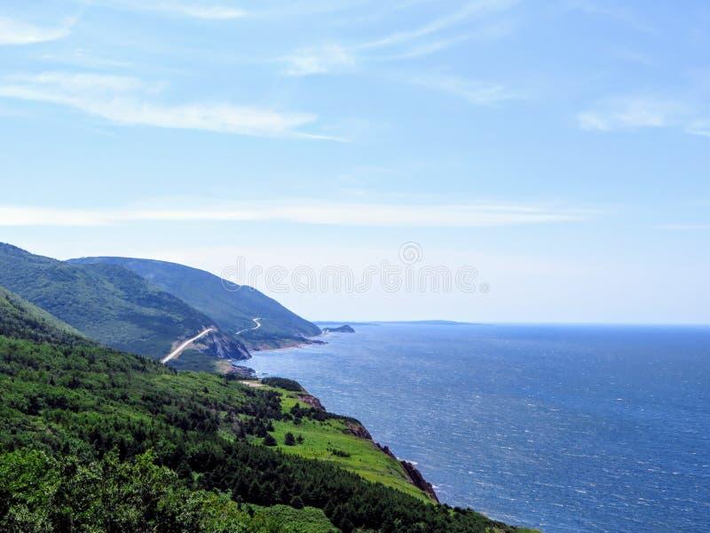 En avlägsen sikt av Cabot Trail på den Breton ön för udde, Nova Scotia, Kanada Den härliga kust- huvudvägen ger att förbluffa sik arkivfoton