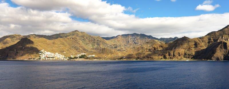 En avlägsen sikt av den Playa de Las Teresitas stranden nära den Sana Andres byn, Tenerife, Spanien royaltyfria bilder