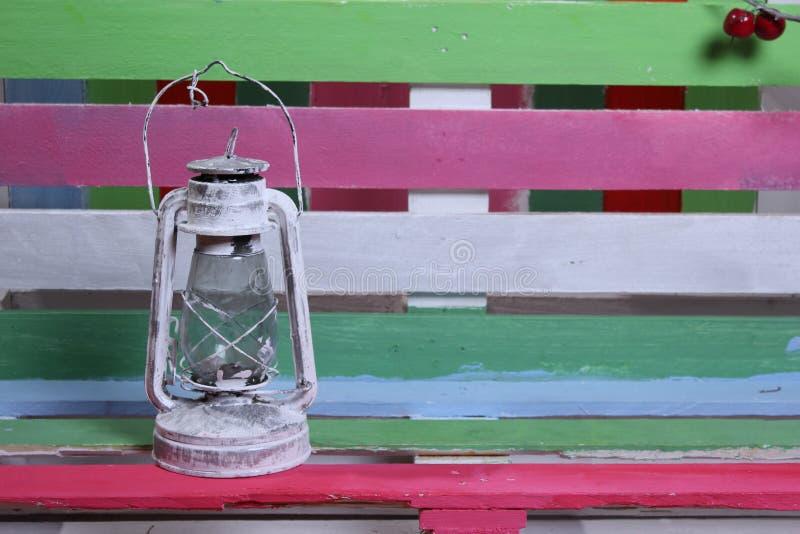 En bänk och en bakgrund av olika färger fotografering för bildbyråer