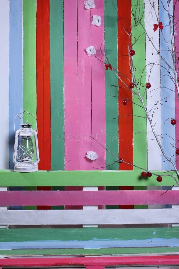 En bänk och en bakgrund av olika färger arkivfoto