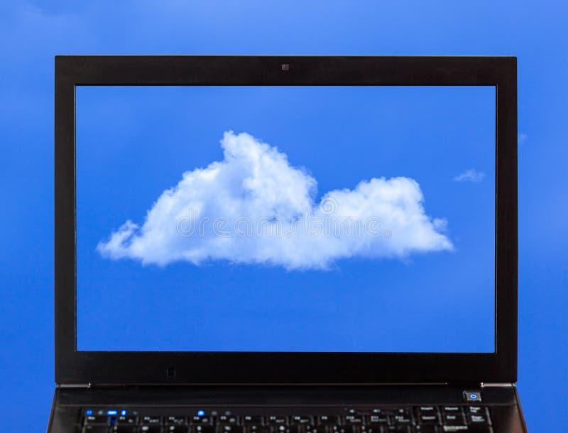 En bärbar dator med moln - molnberäkning arkivbilder