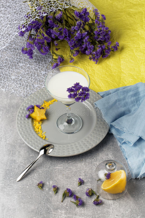 En bästa sikt från ovanför ett margaritaexponeringsglas fyllde med nytt, sötsak, och organiskt mjölka drycken på en färgrik bakgr fotografering för bildbyråer
