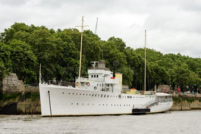 En båt förtöjd i floden Thames i London royaltyfri fotografi