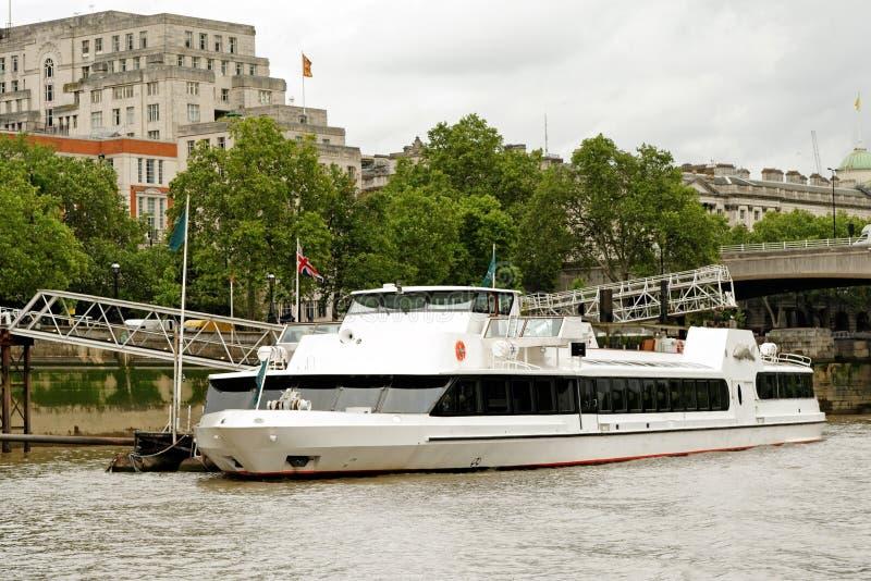 En båt förtöjd i floden Thames i London royaltyfria foton