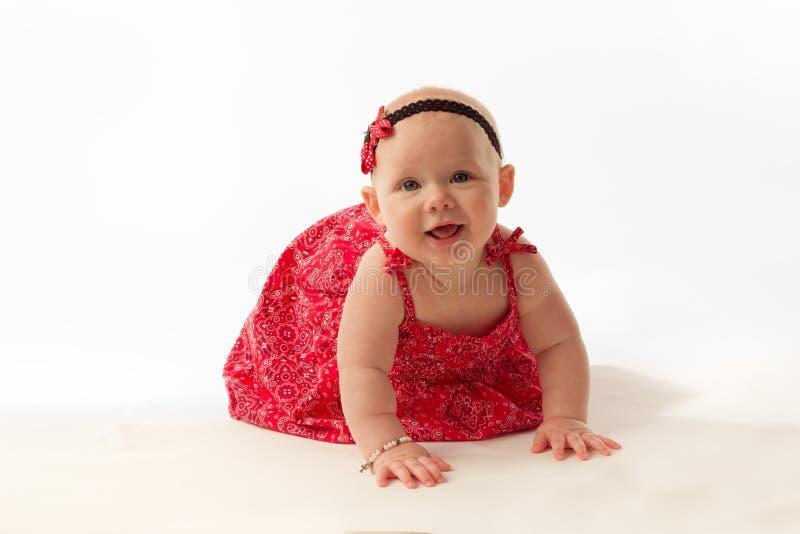 En babymeisje die kruipen glimlachen royalty-vrije stock afbeeldingen