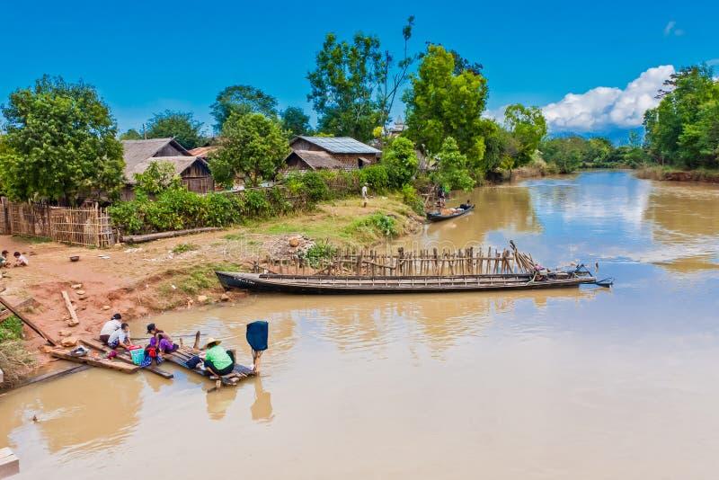 En bada dag för en Burmese familj royaltyfri fotografi