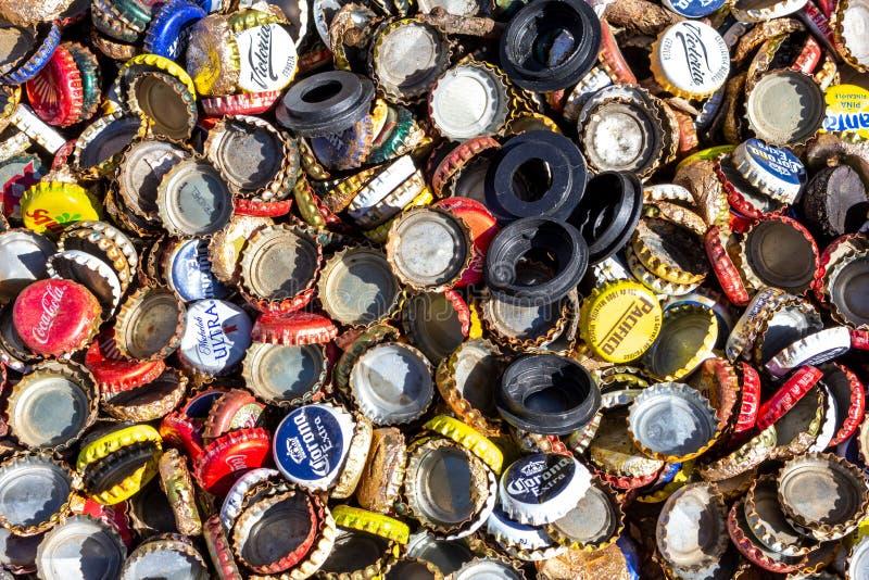 En bakgrund av ölflaskalock arkivfoto