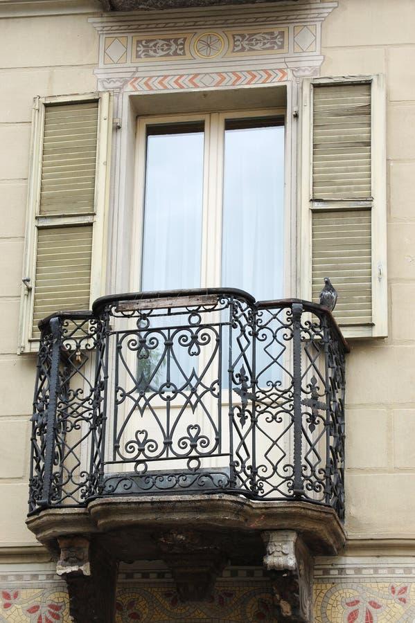 En balkong i ett europeiskt hus fotografering för bildbyråer