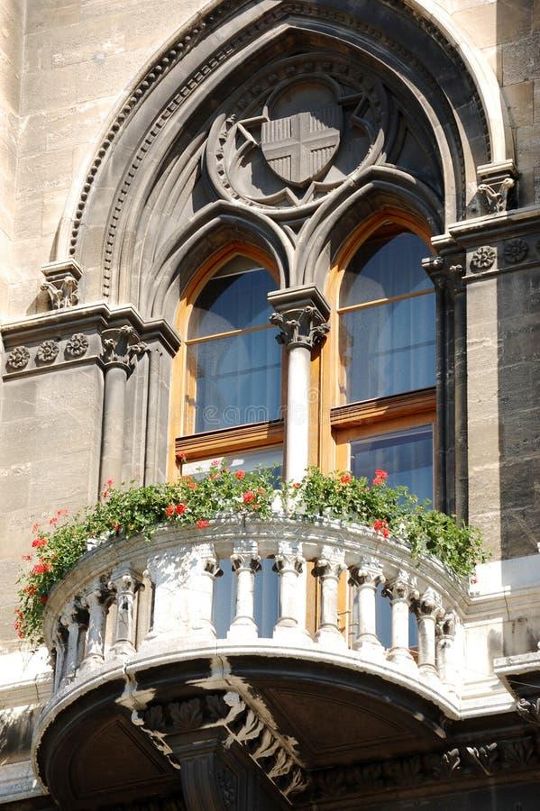En balkong i ett europeiskt hus royaltyfri bild