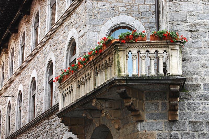 En balkong i ett europeiskt hus arkivfoton