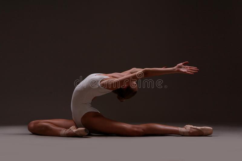 En ballerina gör beautifully sträckningen royaltyfria foton