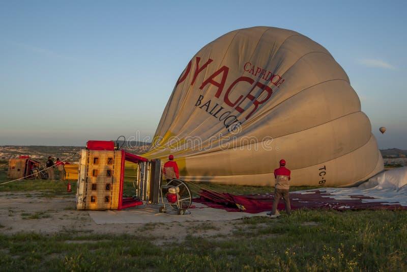 En ballong för varm luft förbereder sig för tagande-av arkivbilder