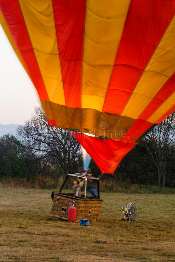 En ballong för varm luft värmas precis för tar av royaltyfri fotografi