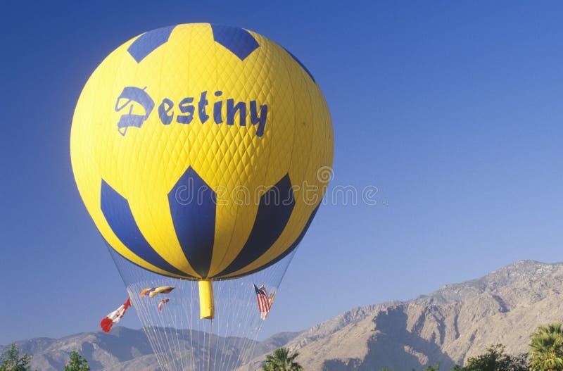 En ballong i flykten under Gordon Bennett Balloon Race på Palm Springs, Kalifornien fotografering för bildbyråer