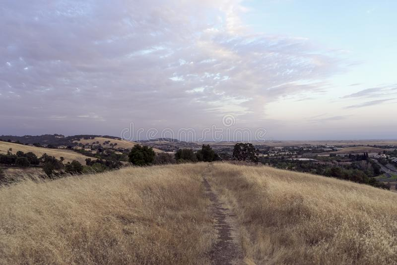 En bana in i en Kalifornien solnedgång arkivfoton