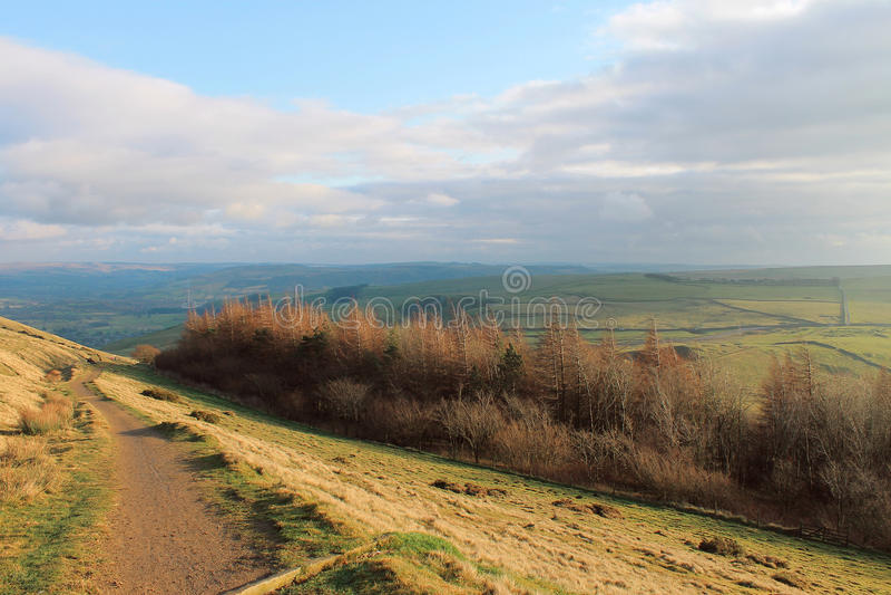 En bana längs Ridgen av kullen royaltyfria bilder