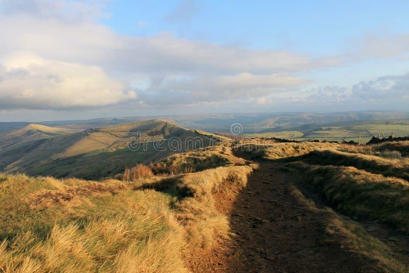 En bana längs Ridgen av kullen arkivfoton