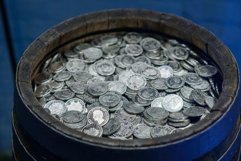 En barrell mycket av mynt, 10 000 taler, gamla dollar, fästning Koenigstein, Sachsen, Tyskland royaltyfri fotografi