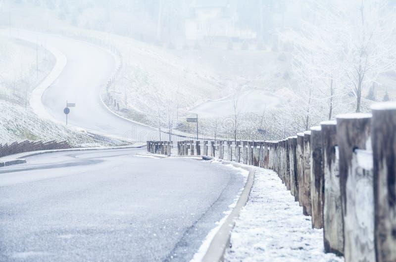 En bas de la route sur une colline en hiver images libres de droits