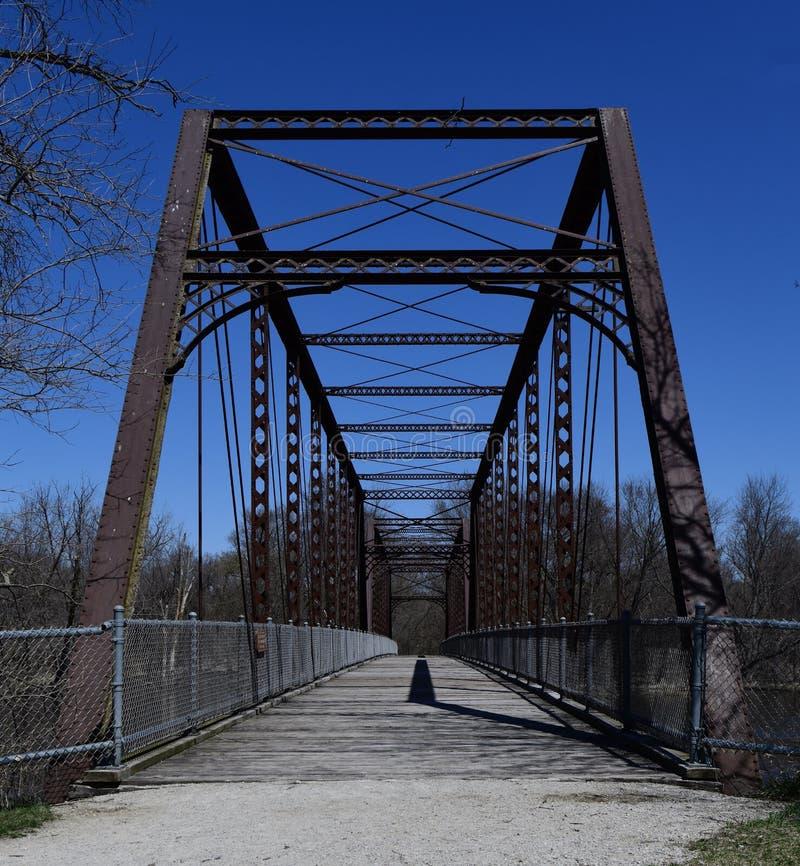 En bas du pont à chaînes de lacs images stock