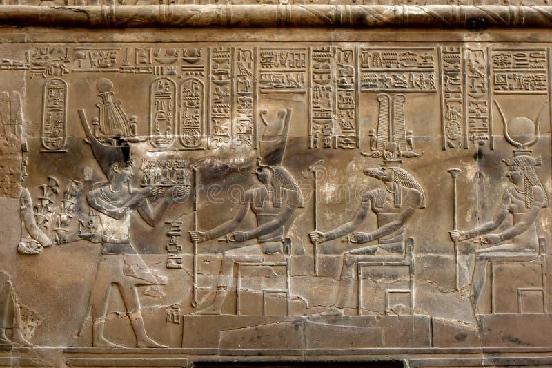 En beautifully dekorerad vägg på Kom Ombo i Egypten som visar de detaljerade lättnadsgravyrerna och hieroglyf arkivbild