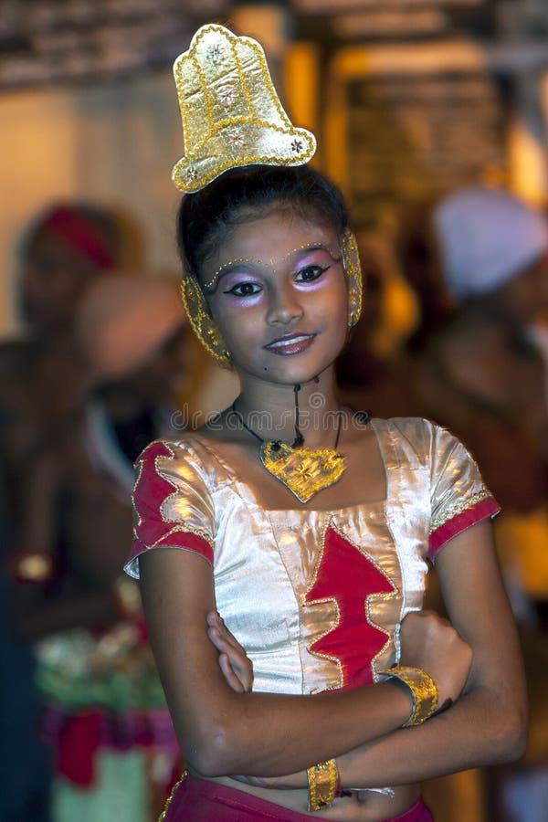 En beautifully klädd dansare väntar för att utföra på Esalaen Perahara i Kandy, Sri Lanka royaltyfri bild