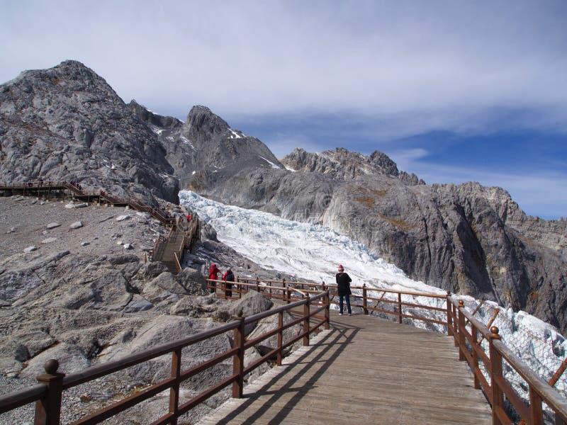 En bedöva sikt av Jade Dragon Snow Mountain i Lijiang Yunnan P arkivbild
