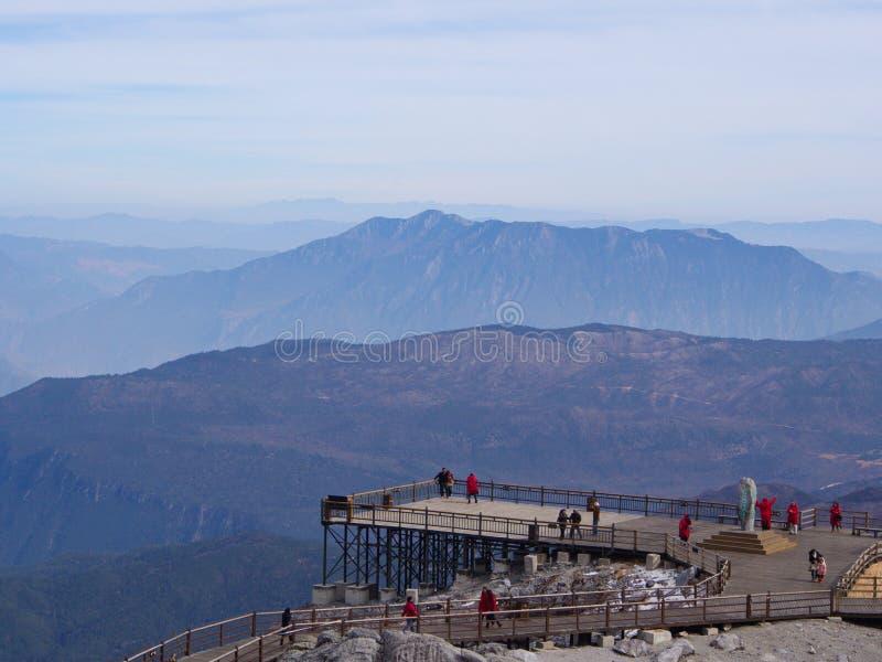 En bedöva sikt av Jade Dragon Snow Mountain i Lijiang Yunnan P arkivbilder
