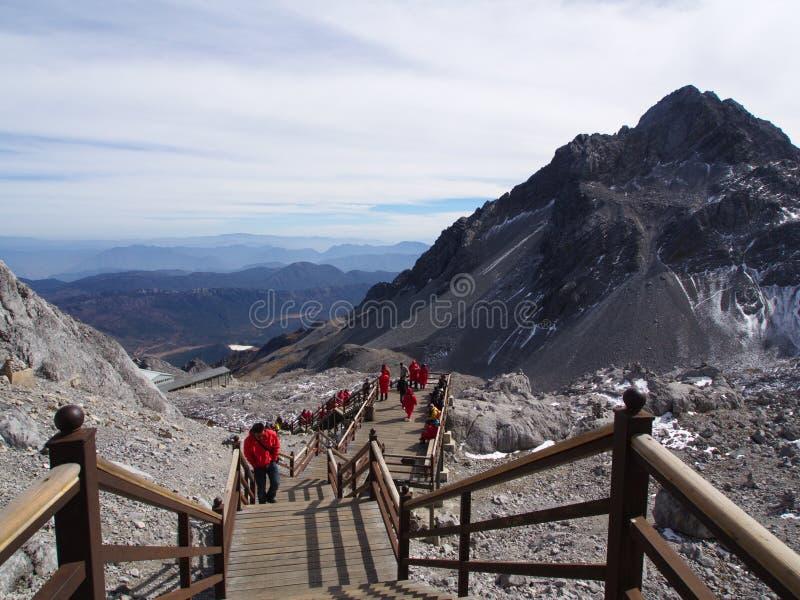 En bedöva sikt av Jade Dragon Snow Mountain i Lijiang Yunnan P royaltyfri bild