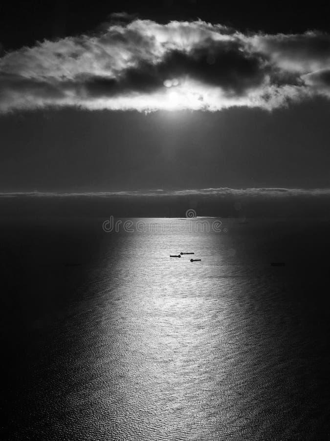 EN BEDÖVA SIKT AV SKEPP PÅ ATLANTICET OCEAN NÄRA NYC royaltyfri foto