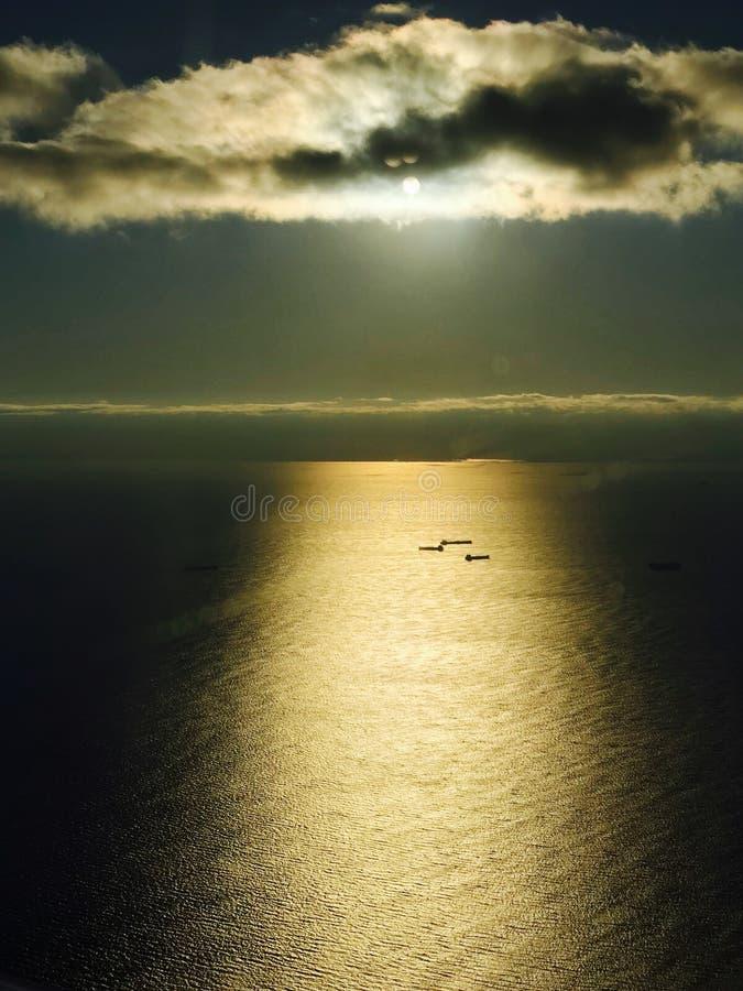 EN BEDÖVA SIKT AV THE SUN & SKEPP PÅ ATLANTICET OCEAN NÄRA NYC royaltyfria bilder