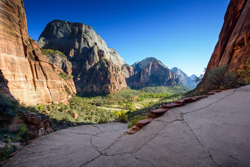 En bedöva sikt av Zion Canyon/landningängelbanan/, royaltyfri bild