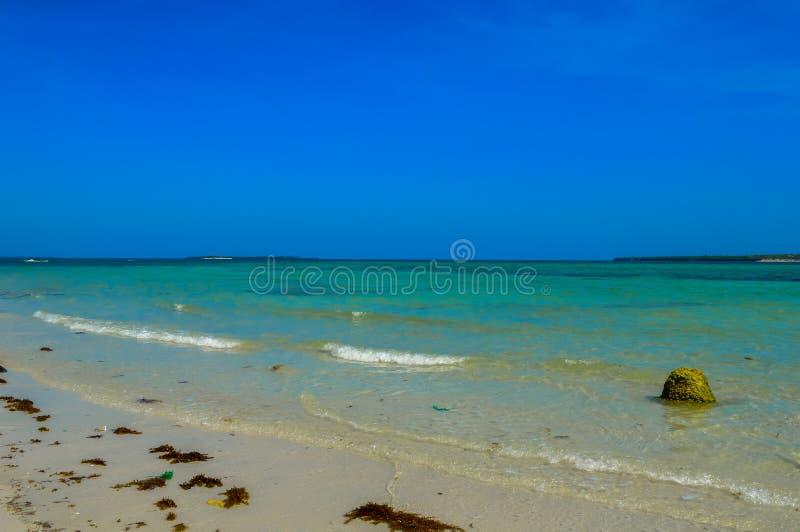 En bedöva vit sandig strand av den Bantayan ön, Cebu, Filippinerna royaltyfri fotografi