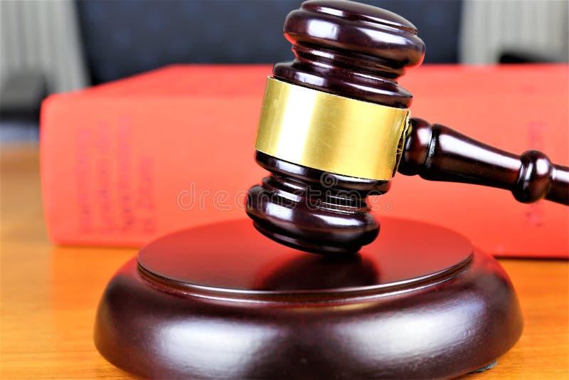 En begreppsbild av en domarehammare, rättvisa, domstol arkivfoto